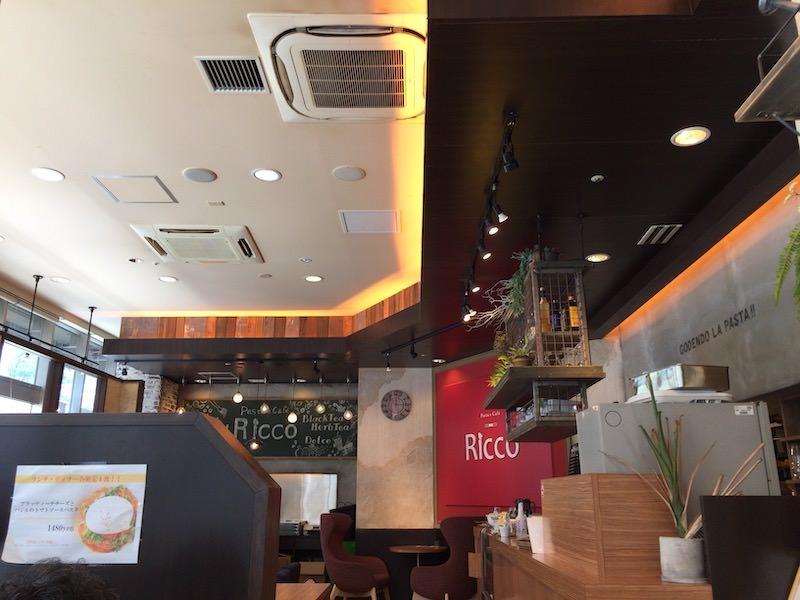 「パスタとカフェのお店 Ricco」の魅力を解説する。店の場所や内観について