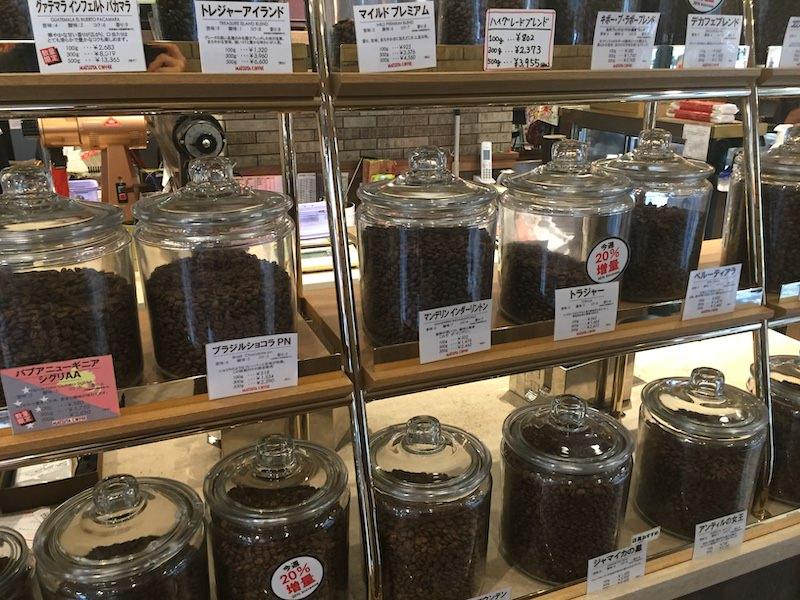 「松屋コーヒー大須本店」のレジ横では色々な種類のコーヒー豆が置いてある